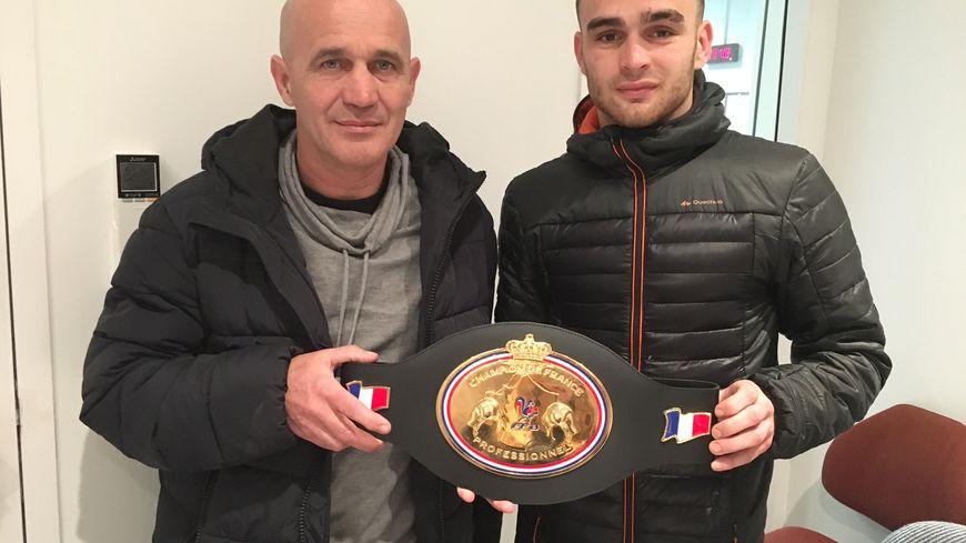 Yannick et Christophe Dehez avec la ceinture de champion de France des mi-moyens