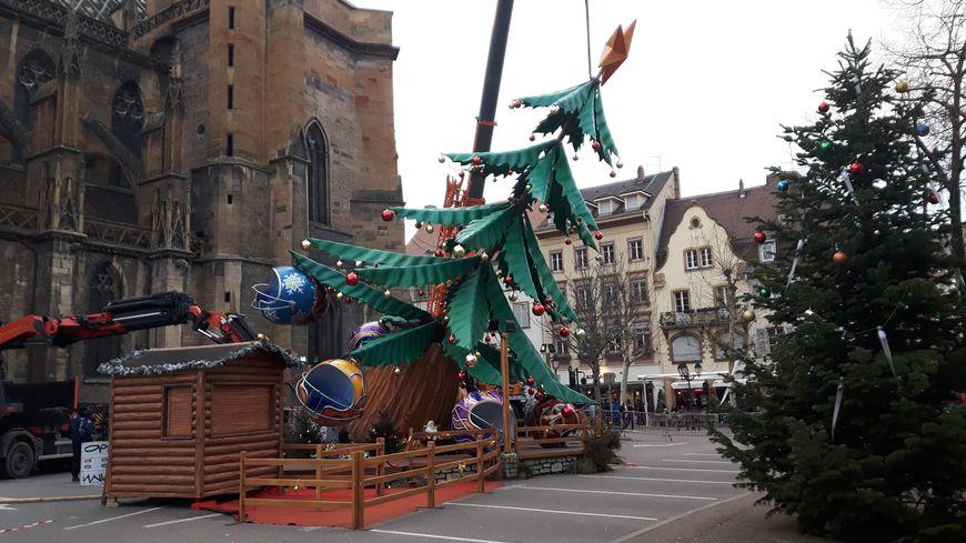Le manège en forme de sapin de Noël a basculé vers midi vendredi 29 décembre à Colmar.