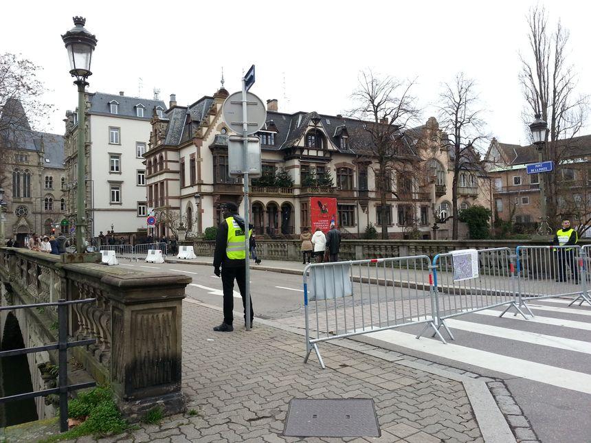 Près des locaux de France Bleu Alsace, il faut montrer patte blanche pour accéder à la Grande île