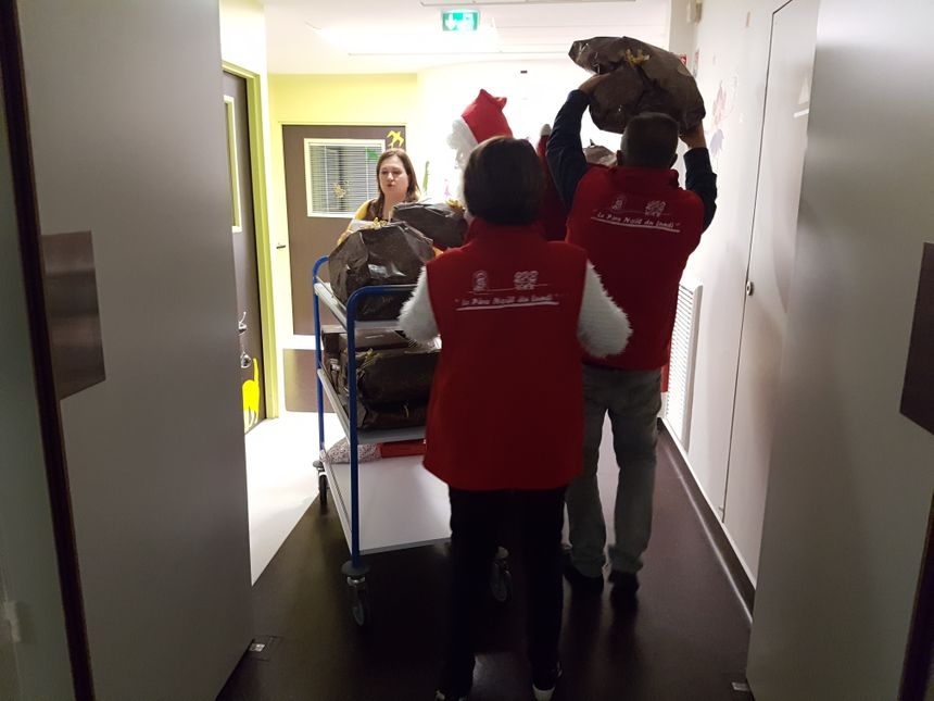 Les bénévoles poussent le chariot dans les couloirs du service de pédiatrie.