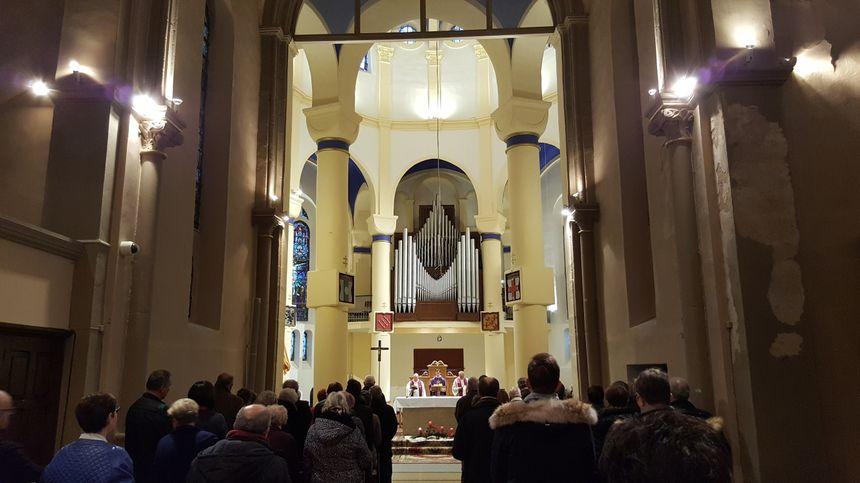 Les paroissiens de la basilique venus pour l'office religieux.