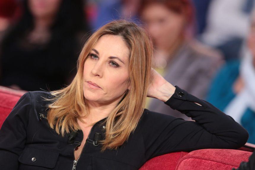 """Mathilde Seigner sur le canapé de Michel Drucker (""""Vivement Dimanche""""), en décembre 2015."""