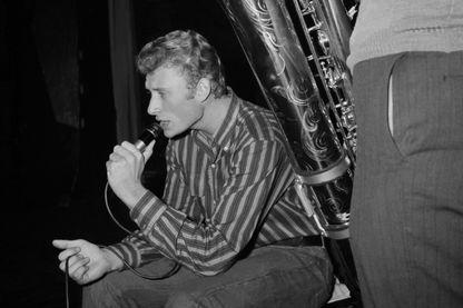 Le chanteur Johnny Hallyday répète le 22 octobre 1962 avec son saxophoniste le spectacle qu'il donnera dans la salle parisienne de l'Olympia