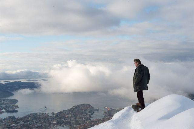 Michael Fassbendeur au-dessus d'Oslo, dans le rôle de l'inspecteur Harry Hole