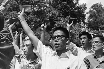 Une foule en Chine crie des slogans communistes et brandit des copies du petit livre rouge de Mao en 1967