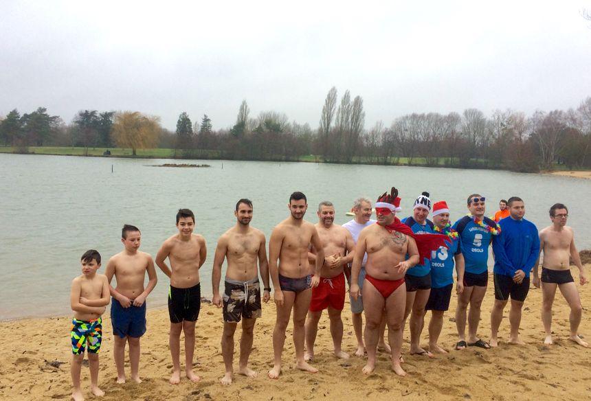 Une quinzaine de courageux ont plongé dans le lac de Belle-Isle, à Châteauroux.