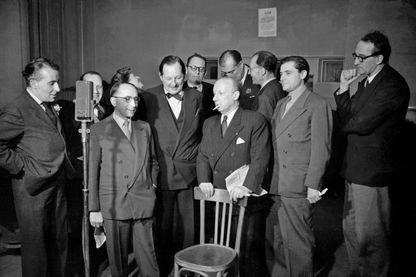 L'humoriste français André Isaac alias Pierre Dac (1893-1975) exilé en Angleterre s'exprime au micro de la BBC à Londres en 1944. Il s'adressait aux français occupés par les Allemands tous les soirs sur la BBC