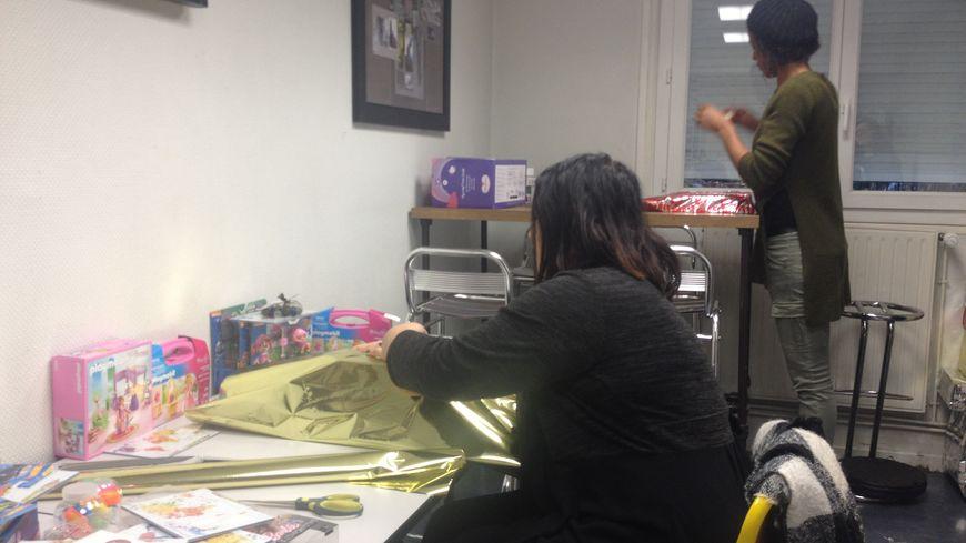 Emeline et Diaara sont en plein atelier papier cadeau