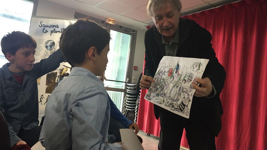 Le caricaturiste du journal Le Monde présente son travail à des élèves de CM2.
