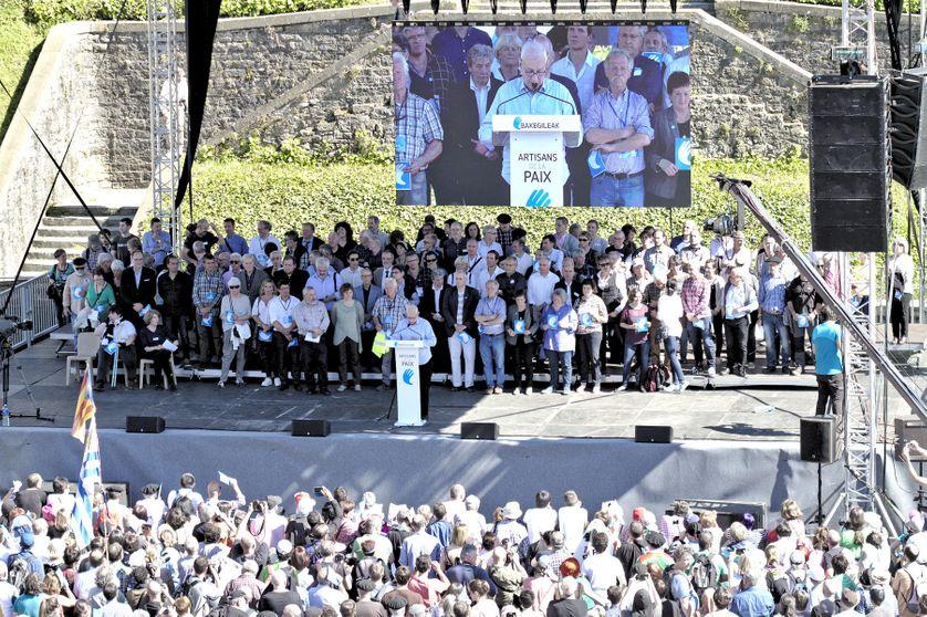 """8 avril 2017, Journée du désarmement à Bayonne. Les """"Artisans de la Paix"""" organisent la remise aux autorités françaises de la totalité de l'arsenal de ETA"""