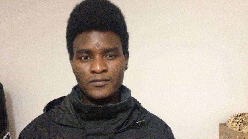 Ibrahim, migrant soudanais de 22 ans, est venu en aide à Camille alors qu'elle était menacée dans les transports