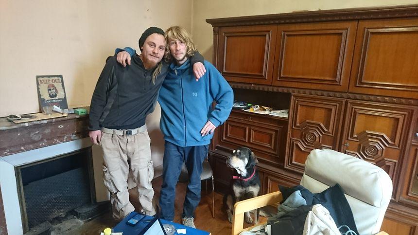 Plume (à droite) et Bobby (à gauche), deux amis de la rue qui veulent accueillir d'autres SDF