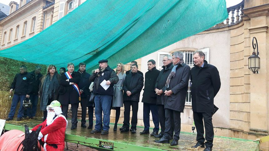 Les élus locaux sur l'estrade autour de Jean-Marc Brème, le président de la FDSEA de Moselle