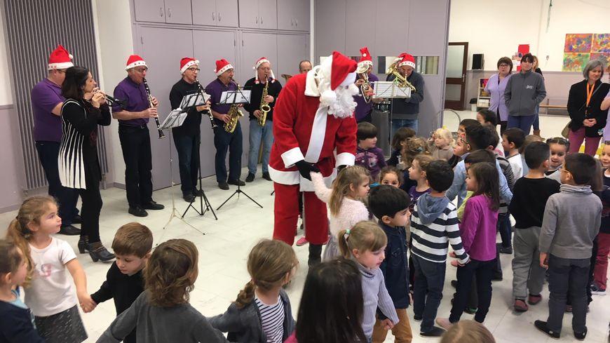 Le Père Noël a rendu visite, ce jeudi, aux enfants des écoles maternelles de Bourg-de-Péage.