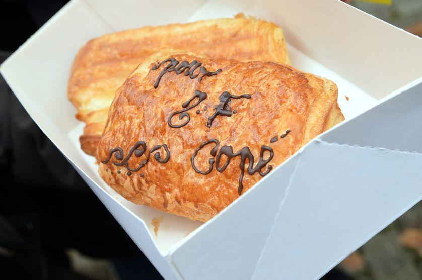 En 2012, lors d'un meeting de Jean-François Copé, candidat à la présidence de l'UMP (ex-LR), un militant lui offre un pain au chocolat