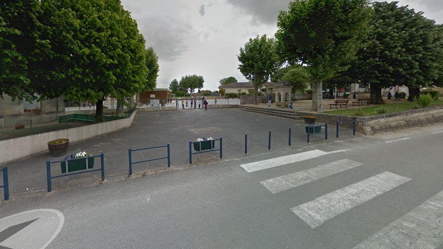 L'enfant est scolarisé dans cette école de Saint-Quentin-de-Baron.
