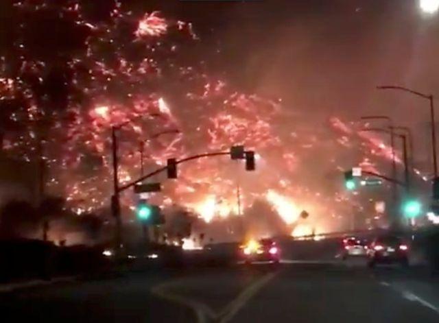L'incendie de Los Angeles vu depuis l'autoroute
