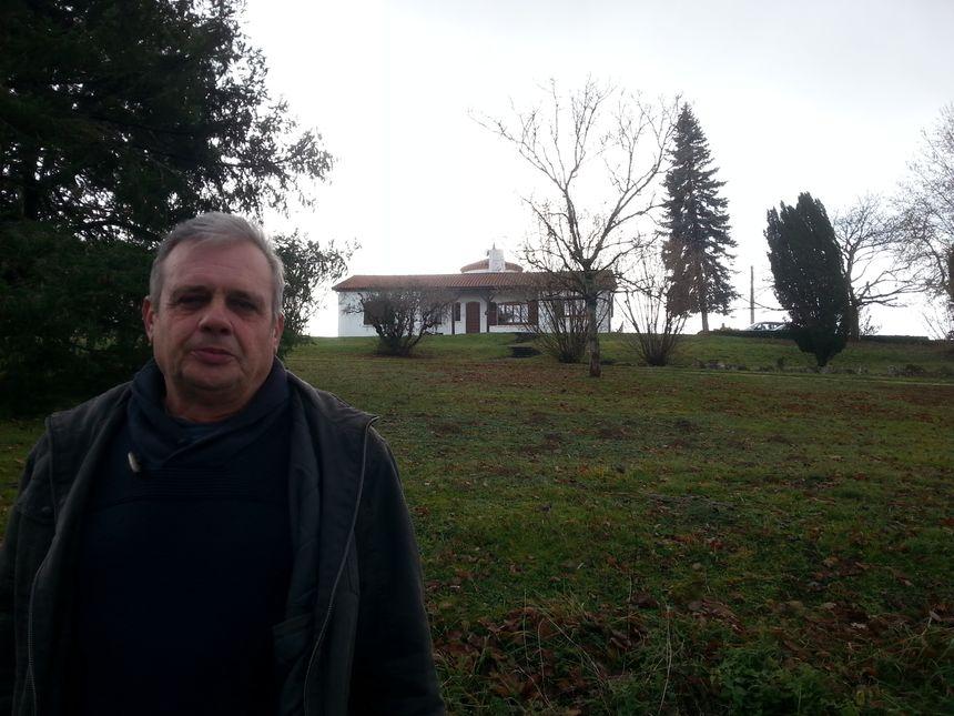 Le maire de Courrensan, Roland Billeres, pose devant la maison où Jacques Brunel a vécu dans ce village gersois