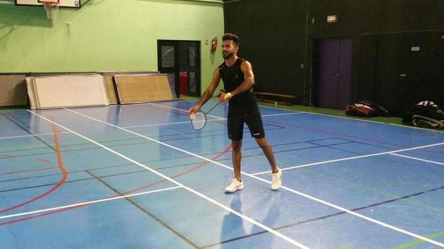 Fayçal, installé à Brive, pratique le badminton