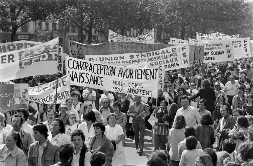 Des femmes, portant une banderole pour la contraception, l'avortement et le contrôle des naissances