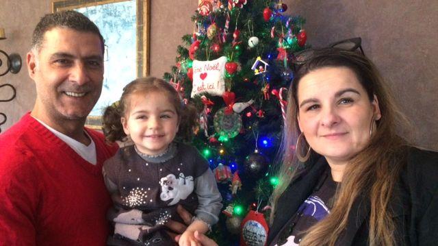 Simon, Maelle et Anne, famille franco-libanaise réunie devant un sapin aux influences des deux cultures.