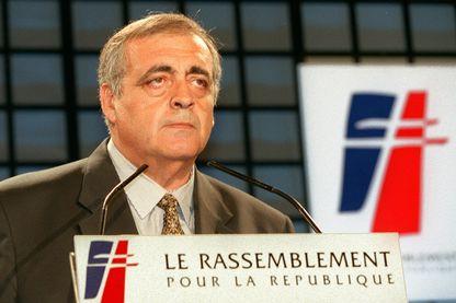 Philippe Seguin,  président du groupe RPR à l'Assemblée nationale, prononce un discours à la tribune, le 11 juin à Paris, lors d'un conseil national du RPR.