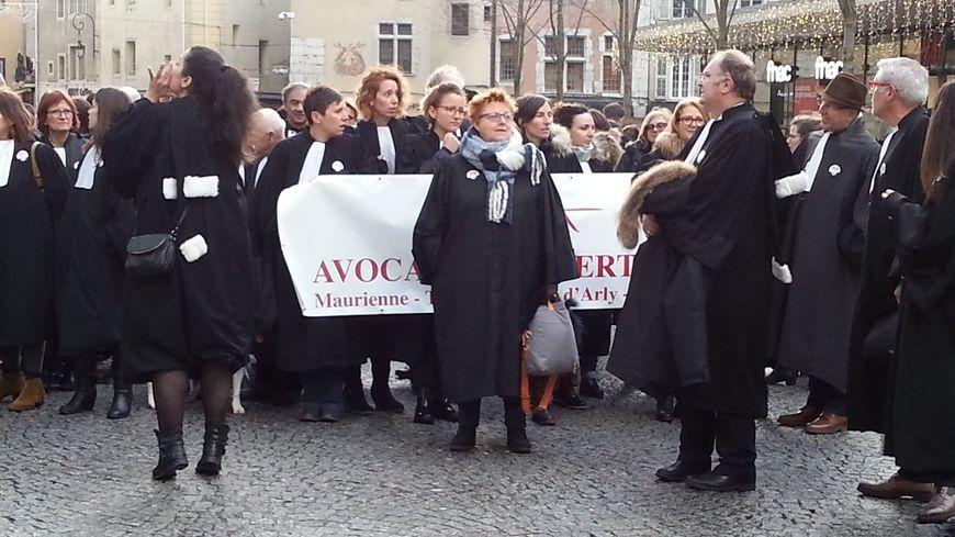 Au moins 200 avocats venus d'Albertville, Bonneville, Thonon, Annecy, Chambéry et d'autres barreaux de Rhône-Alpes pour défendre la Cour d'appel