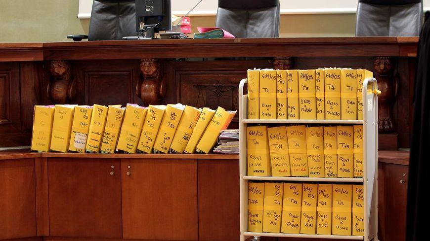 Les nombreux tomes du dossier à l'ouverture de l'audience.