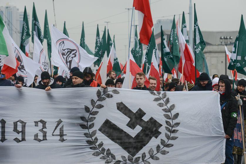 """Varsovie, jour de la fête nationale - des centaines de milliers de militants d'extrême-droite défilent dans les rues de la capitale sous le slogan : """"la Pologne est la bastion de l'Europe"""""""