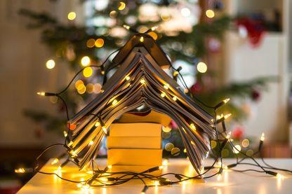 Arbre de Noël formé avec des livres et des lumières de Noël
