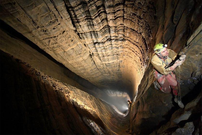 Le gouffre de Krubera atteint une profondeur de plus de 2191 mètres.