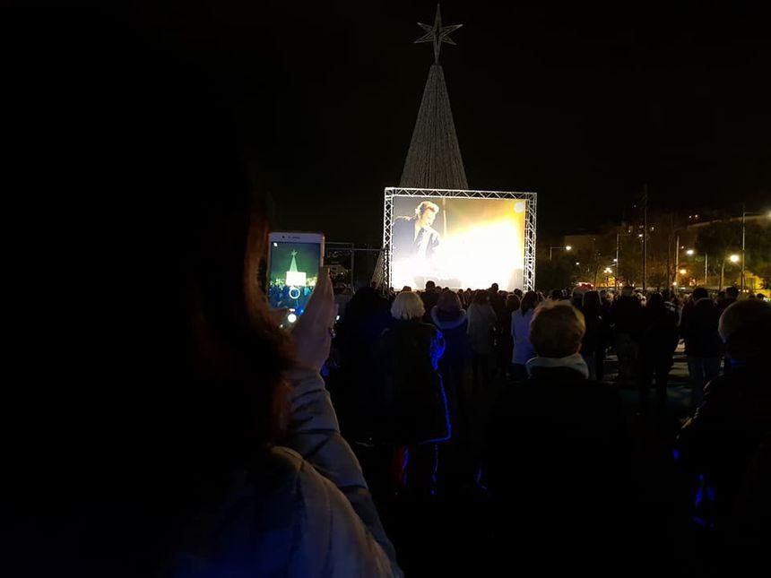 La foule rassemblée promenade du Paillon à Nice pour un hommage en musique à Johnny Hallyday