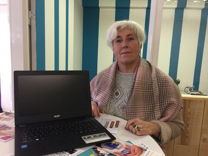 Grâce à Emmaüs Connect, Christine, 59 ans, apprend à surfer sur Internet.