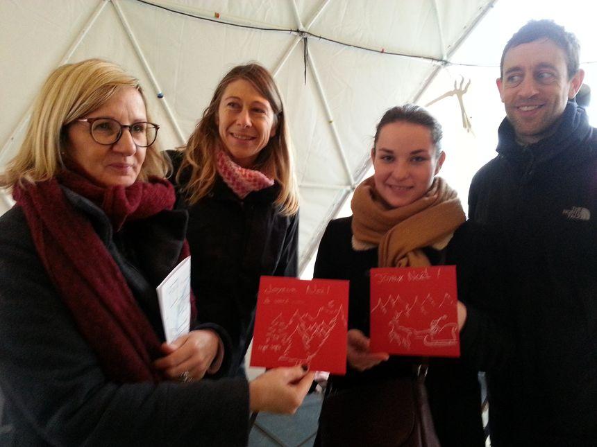 Véronique, Claire, Lucie et Stéphane ont aussi remis aux sans-abris des cartes de voeux