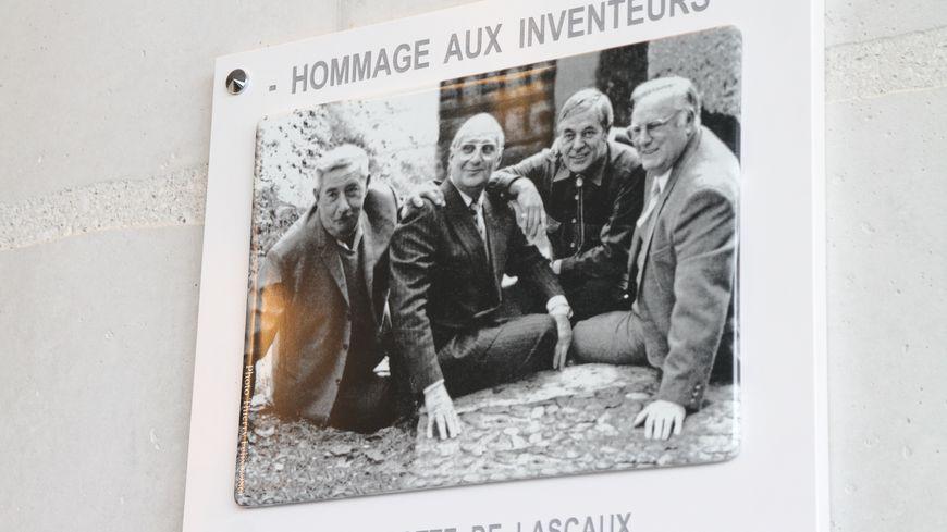 la plaque hommage aux inventeurs de la grotte de Lascaux
