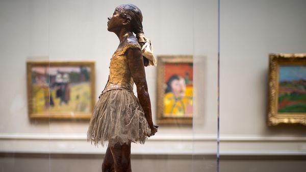 """""""La Petite Danseuse de 14 ans"""", statue d'Edgar Degas exposée ici en 2014 à la National Gallery de Washigton (Etats-Unis)."""