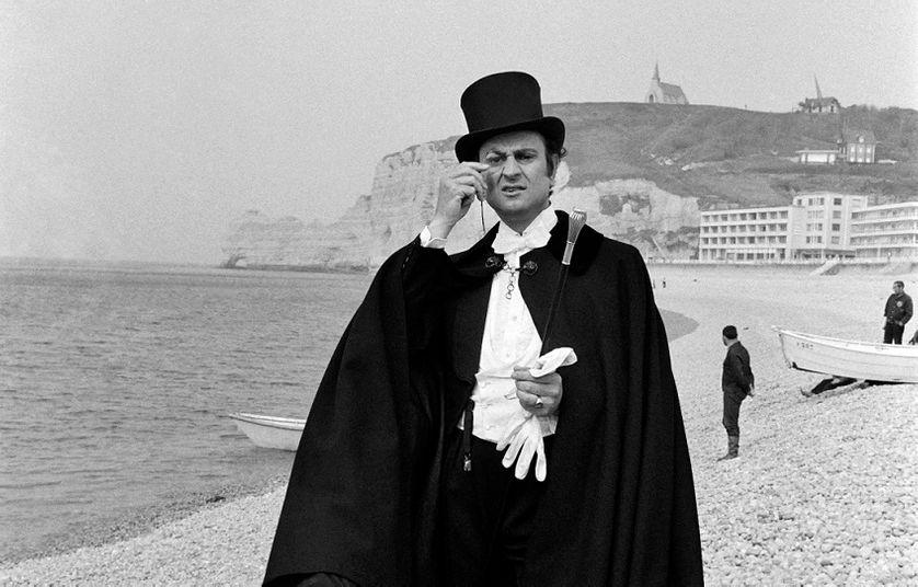 Georges Descrières dans le rôle d'Arsène Lupin, sur la plage d'Etretat. dans la série télévisée, 1973.
