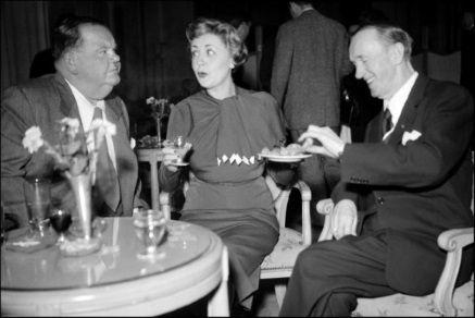 L'actrice et chanteuse Suzy Delair, 11 janvier 1951, plaisantant avec les comédiens Oliver Hardy et Stan Laurel à Paris(de g. à d.)