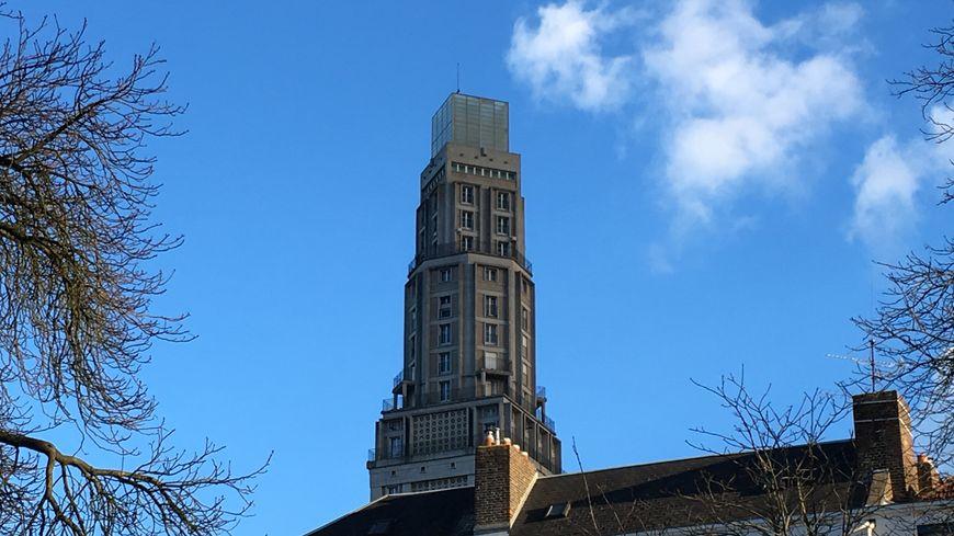 Un gîte de France 4 étoiles de 120 mètres carrés avec une vue à 360 degrés est proposé au 19 ème étage de la Tour Perret à Amiens
