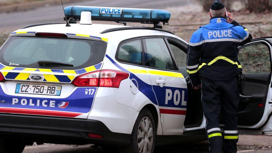 Deux policiers ont volé au secours de cette femme de 43 ans.