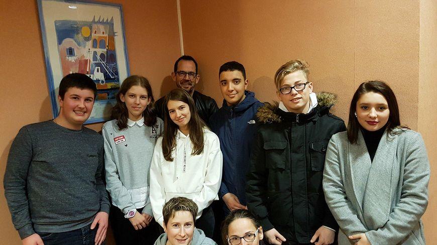 Frédéric Iturralde pose derrière ses élèves du lycée des métiers Vauban, en compagnie d'Elise, infirmière, et Elodie, prof d'EPS (en b. de g. à d.). Tous vont participer à l'Auxrun.