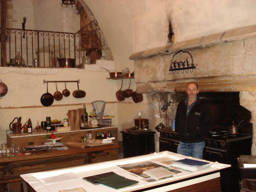 Bertrand Bergerot dans la cuisine du château