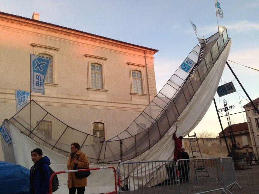 Le tremplin de saut à ski est en cours d'installation devant l'Hôtel-Dieu.
