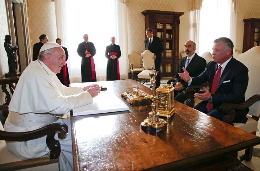 Le Pape Francis s'entretient avec le roi de Jordanie Abdullah II, dans son bureau du Vatican, le 19 décembre 2017.