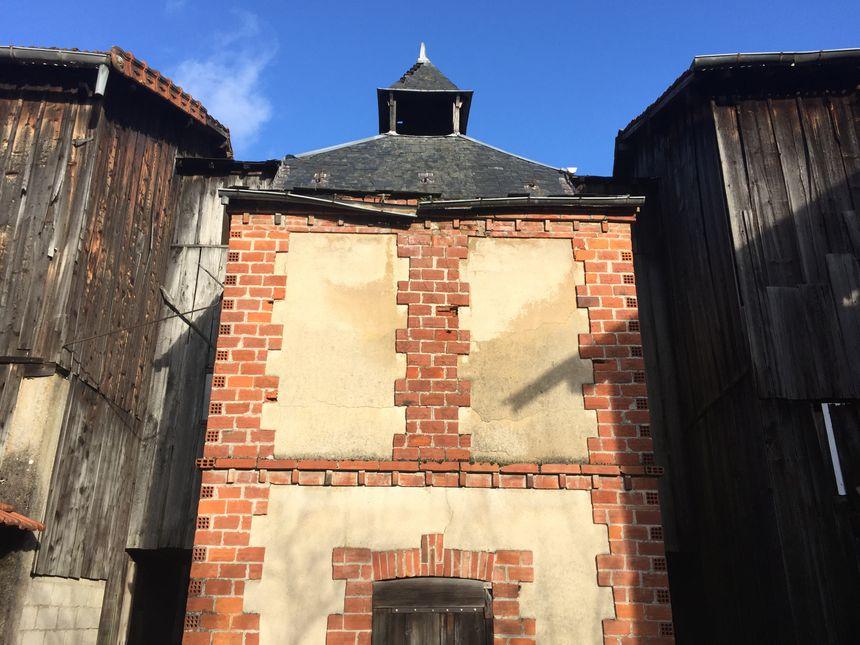 Le toit de la cheminée a bien plus une valeur esthétique que pratique, c'est ce qui plait à Jean-Marc Tournois.