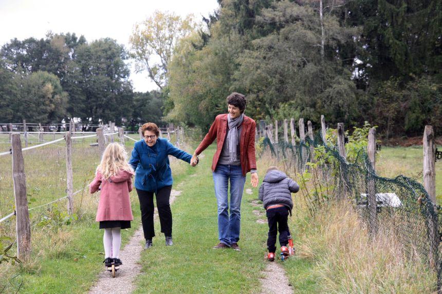 Caroline, Fanélie et leurs deux enfants : Yaël, 6 ans et Siméon, 4 ans.