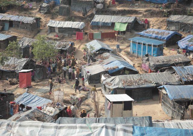 Après l'improvisation du mois de septembre, la misère s'organise. Les réfugiés s'entassent le matin dans des longues cages en bambous en quête de nourriture.