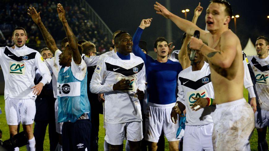 Les joueurs et les spectateurs du stade Hector Rolland communient après la victoire face à Toulouse en janvier 2014