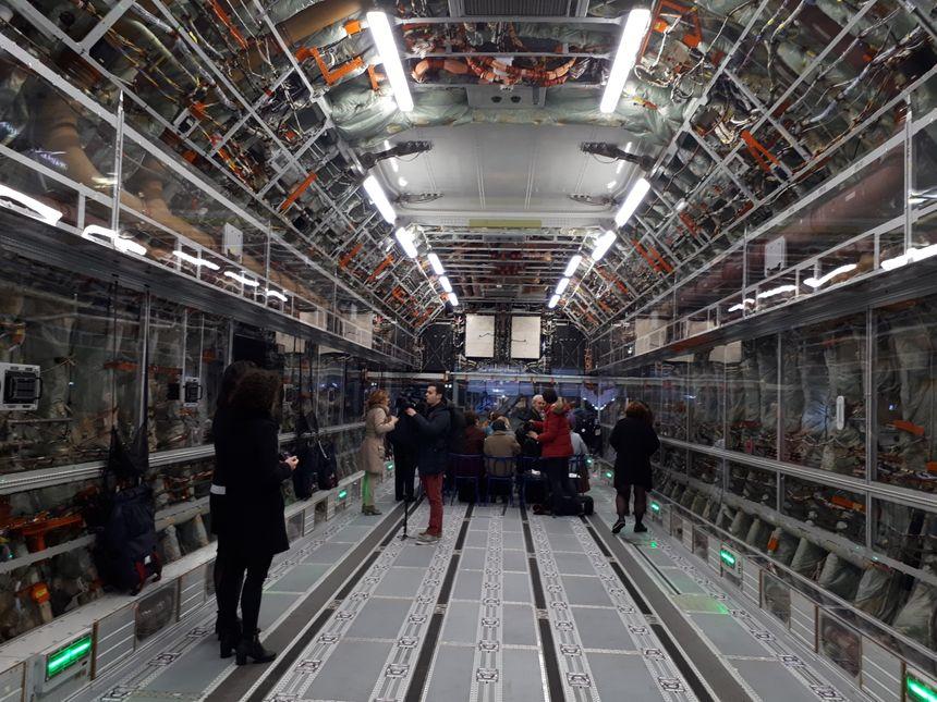 L'intérieur de la soute de l'A400M montre les cablages et la carlingue de l'avion militaire