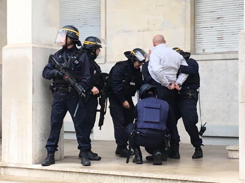 Policiers casqués en cours d'exercice d'interpellation